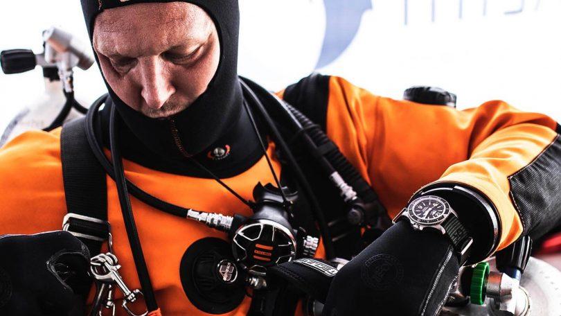 Taucher Uhr Superocean Outerknown von Breitling am Handgelenk eines Tauchers