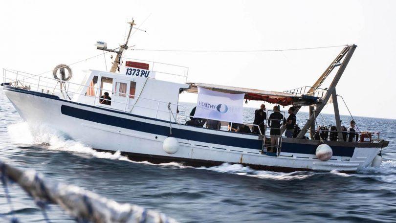 Schiff, das die Meere von herrenlosen Fischernetzen säubert